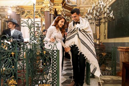 유태인 결혼식. 신혼 부부는 회당을 걸어 간다.