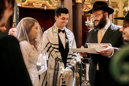 Alter Jude hält einen Brief für Hochzeitspaar Standard-Bild - 77529578