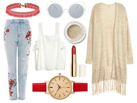 Een reeks modieuze kleren en toebehoren op een witte achtergrond
