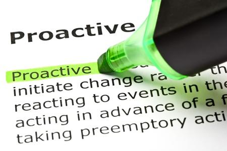 La palabra 'proactiva' resaltado en verde, con rotulador