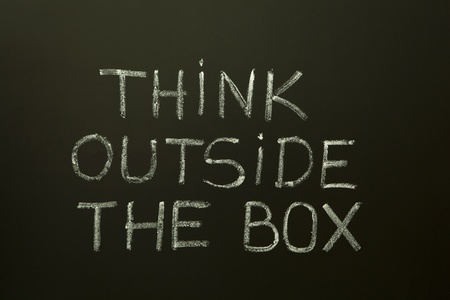 unconventional: Concetto di immagine sul pensiero non convenzionale o diversi. 'Pensare fuori dagli schemi' scritto a mano con il gesso bianco su una lavagna.