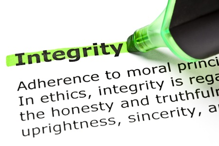 La palabra 'Integridad' resaltado en verde con sentido pluma de punta Foto de archivo