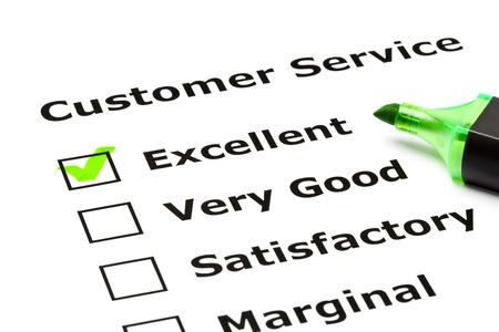 servicio al cliente: Formulario de evaluaci�n de servicio al cliente con la marca de verificaci�n verde en excelente con l�piz de punta de fieltro. Foto de archivo