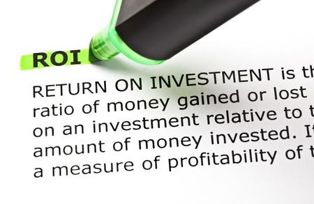 ROI (Return On Investment) resaltado en verde con lápiz de punta de fieltro Foto de archivo