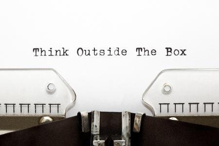 unconventional: Concetto di immagine sul pensiero non convenzionale o diversi. THINK OUTSIDE THE BOX scritta su una vecchia macchina da scrivere.