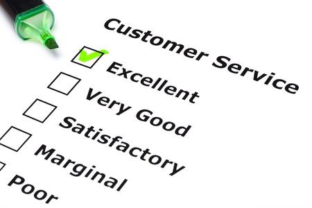 servicio al cliente: Encuesta de servicio al cliente con la marca de verificaci�n verde en excelente con l�piz de punta de fieltro. Foto de archivo