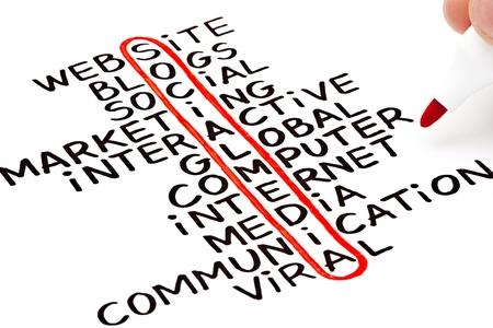 Network marketing: Medios de Comunicaci�n Social de relieve con marcador rojo en una carta escrita a mano