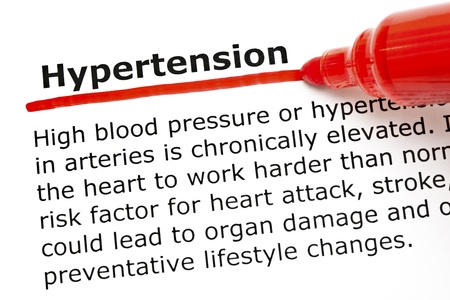 ipertensione: L'ipertensione parola sottolineata con pennarello rosso su carta bianca. Archivio Fotografico