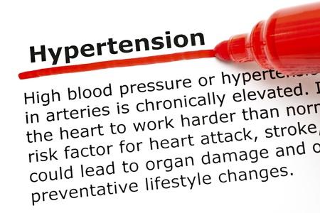 vasos sanguineos: La hipertensi�n palabra subrayada con marcador rojo sobre papel blanco. Foto de archivo