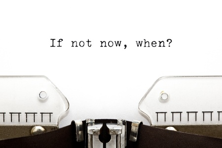 Konzept-Bild mit If Not Now, When auf einer alten Schreibmaschine gedruckt Standard-Bild