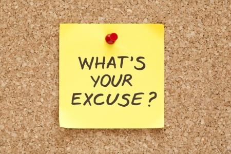 excuser: Quel est votre excuse, �crit sur une note collante jaune sur un tableau d'affichage en li�ge