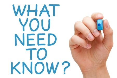 Lo que usted necesita saber y mano que sostiene marcador azul.