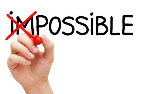 actitud positiva: Mano girando la palabra imposible en posible con marcador rojo aislado en blanco. Foto de archivo