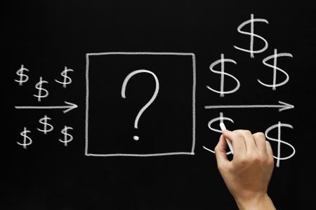 retour: Mannelijke hand tekening Investment concept met wit krijt op bord Wat is de beste manier om geld te investeren om geld te verdienen