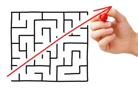 doolhof: Snelkoppeling gesneden door een doolhof met een rode pijl. Concept over het vinden van een eenvoudige oplossing voor een probleem of het voltooien van een moeilijke taak. Stockfoto