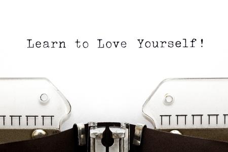 zelf doen: Learn To Love Yourself afgedrukt op een oude typemachine Stockfoto
