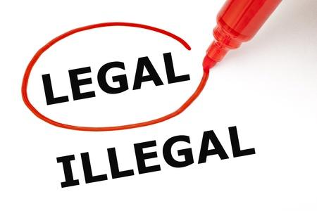 conflictos sociales: Elegir legal en lugar de ilegal. Legal seleccionado con marcador rojo.