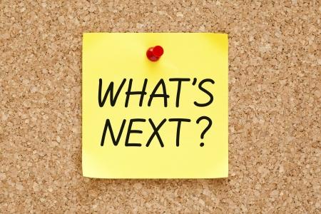 plan de accion: �Qu� sigue, escrito en una nota adhesiva amarilla cubri� a un tabl�n de anuncios de corcho. Foto de archivo