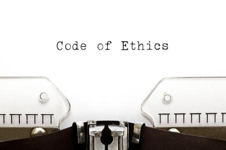 valores morales: C�digo de �tica impresas en una vieja m�quina de escribir. Foto de archivo