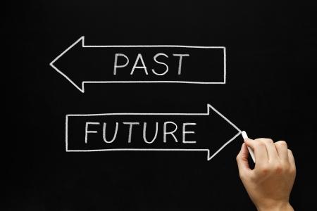 cruce de caminos: Mano concepto de dibujo Futuro con tiza blanca sobre una pizarra. Elegir el futuro en vez del pasado. Foto de archivo