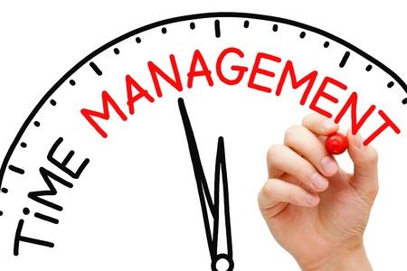 emploi du temps: Hand writing notion de gestion du temps avec un marqueur rouge sur transparent essuyer bord.