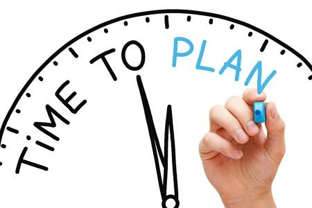Hand tiempo escribiendo al Plan concepto con marcador azul en transparente limpiar bordo.