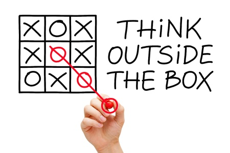 Hand schetsen Think Outside The Box concept met rode marker op transparante veeg boord.