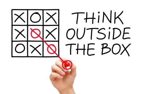 out think: Mano dibujando piensa fuera de la caja de concepto con marcador rojo sobre transparente limpiar bordo.