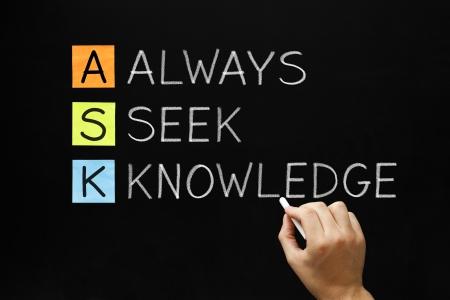 crecimiento personal: Escritura de la mano ASK - Siempre buscar el conocimiento con tiza blanca sobre la pizarra.
