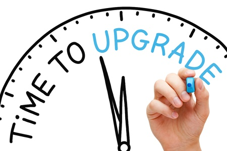 Hand schrijven Tijd aan upgraden met blauwe markering op transparante veeg boord.
