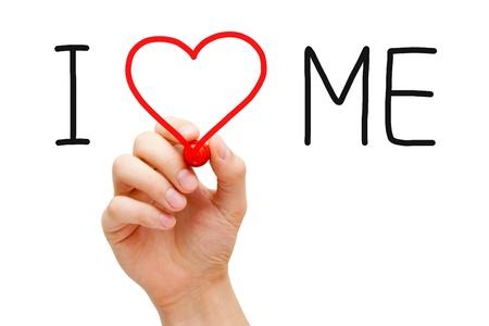 believe: Escrito a mano Me amo con marcador rojo sobre transparente limpiar bordo.