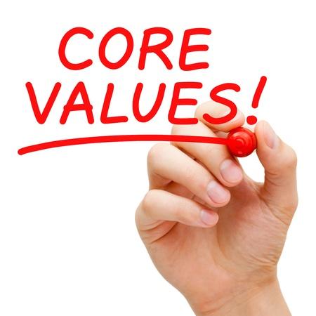noyau: Main �crivant valeurs fondamentales avec un marqueur rouge sur transparent conseil essuyer.