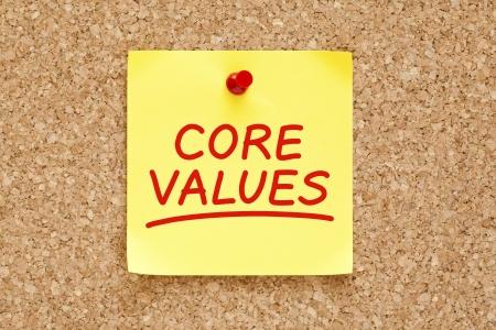 valores morales: Valores escrita en Nota adhesiva amarilla con marcador rojo. Foto de archivo