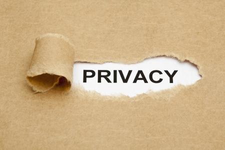 personal identity: La palabra de Privacidad que aparece detr�s de papel marr�n rasgado. Foto de archivo