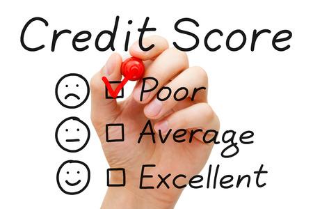Hand setzen Häkchen mit roten Marker auf schlechte Kredit-Score Bewertungsbogen. Standard-Bild - 23097403