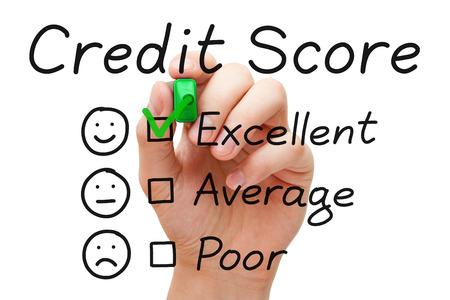 Hand zetten vinkje met groene marker op uitstekende credit score evaluatieformulier.