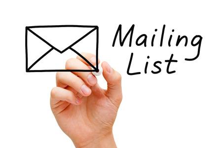 Hand schetsen Mailing List Concept met marker op transparante wandbord. Stockfoto
