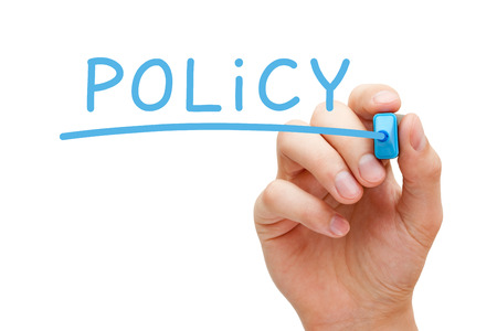 Politique main d'écriture avec un marqueur bleu sur un chiffon bord transparent. Banque d'images - 23834867