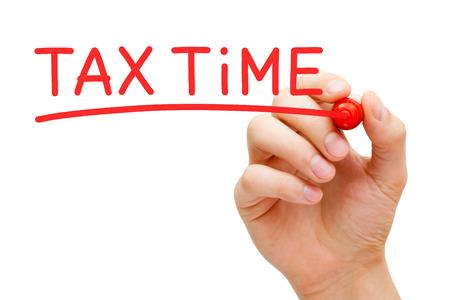 手書きの税の時間赤いマーカーと透明なワイプ ボード上。