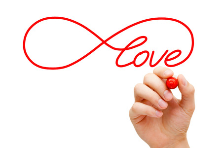 Hand skizzieren Unendlichkeit Liebessymbol mit roten Marker auf transparenten wischen Bord. Konzept darum, die unendliche Liebe.