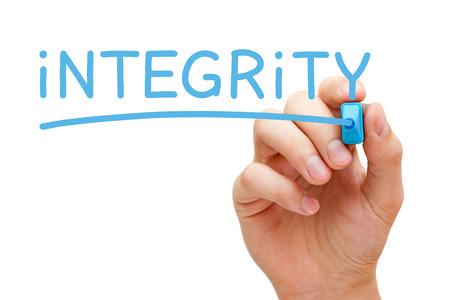 valores morales: Mano Integridad escrito con marcador azul en Tablero transparente.