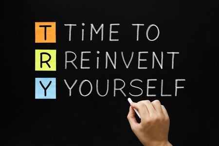 La scrittura a mano Tempo di reinventare se stessi con gesso bianco sulla lavagna. Archivio Fotografico