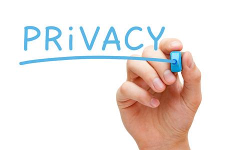 Écriture de main de confidentialité avec le marqueur bleu sur un chiffon bord transparent.