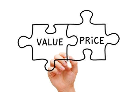 Hand schetsen Value Prijs puzzel concept met zwarte stift op transparante veeg boord. Stockfoto