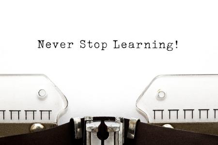 nunca: Nunca dejes de aprender impreso en una vieja m�quina de escribir. Foto de archivo
