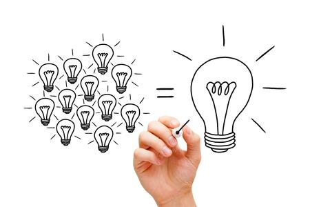 Croquis de concept ampoules de travail d'équipe avec un marqueur noir. Beaucoup de petites idées égalent un grand.