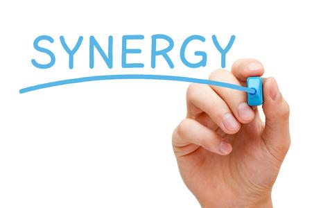synergy: Escritura de la mano Sinergia con marcador azul en Tablero transparente.