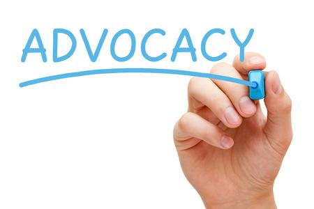 valores morales: Mano Advocacy escrito con marcador azul en Tablero transparente.
