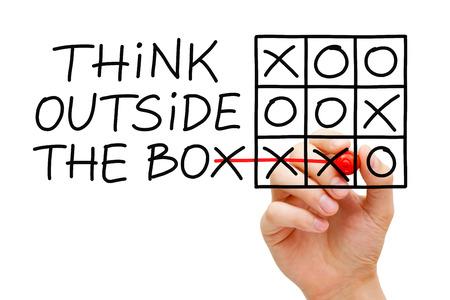 Hand črtání myslet mimo krabici tic-tac-toe herní koncept se značkou na transparentní otřete palubě. Reklamní fotografie