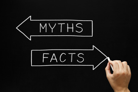 黒板に白いチョークで神話か事実の概念のスケッチの手。
